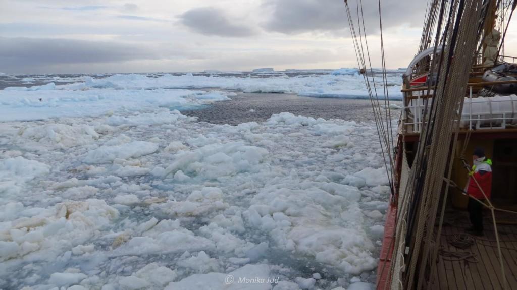 Bark Europa gefangen im Eis