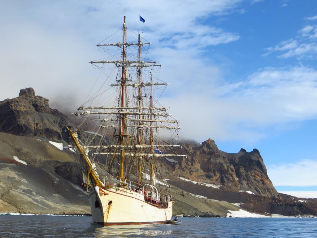 Bark Europa in der Bucht von Brown Bluff in Antarktika