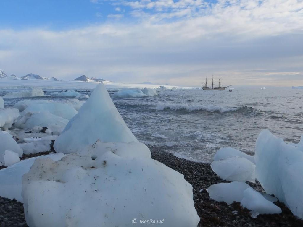 Bark Europa vor Anker in der Bucht von Brown Bluff