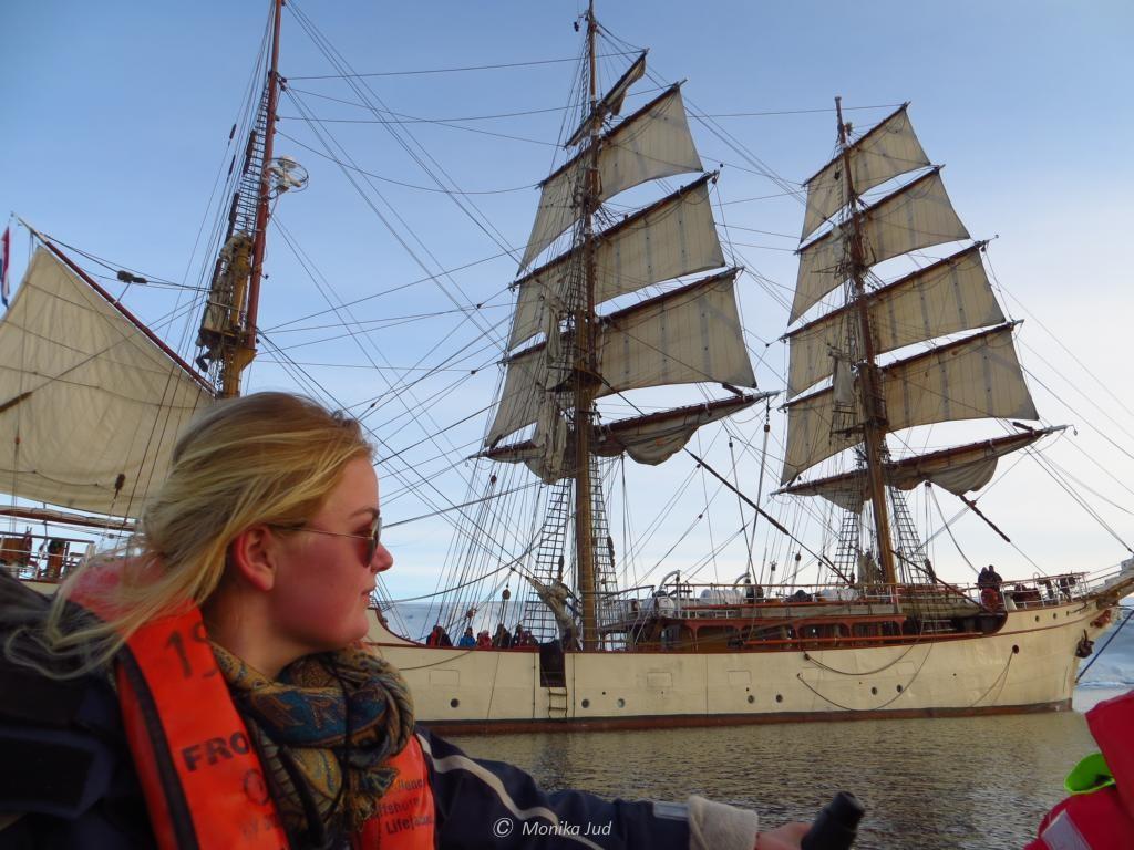 Crew-Member, Bark Europa im Hintergrund