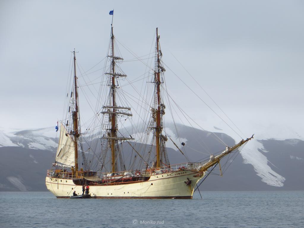 Bark Europa vor Anker in der Caldera von Deception Island
