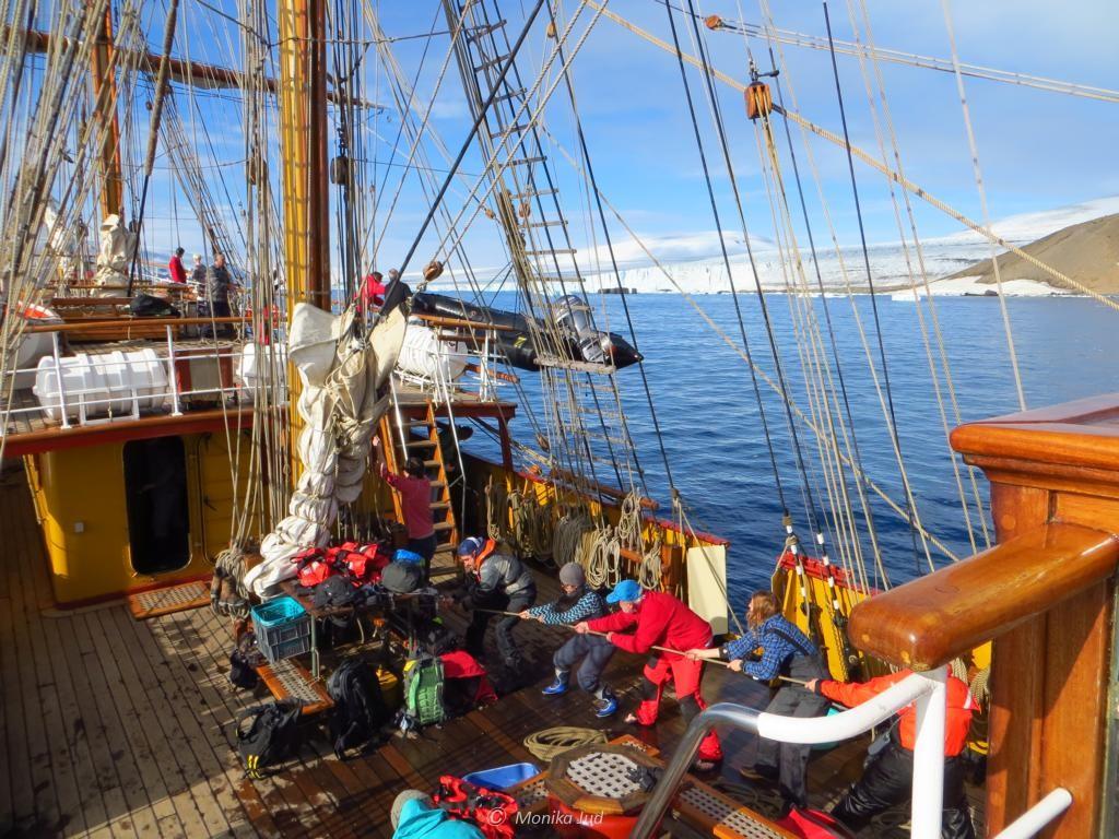 alle gemeinsam: Hieven der Schlauchboote aufs Deck der Bark Europa