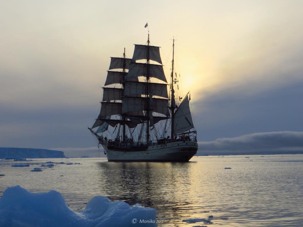 Bark Europa in der Antarktis vor Sonnenuntergang