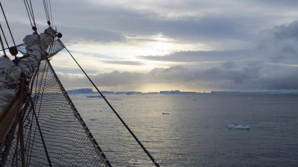 Bark Europa mit Sonnenuntergang in der Antarktis