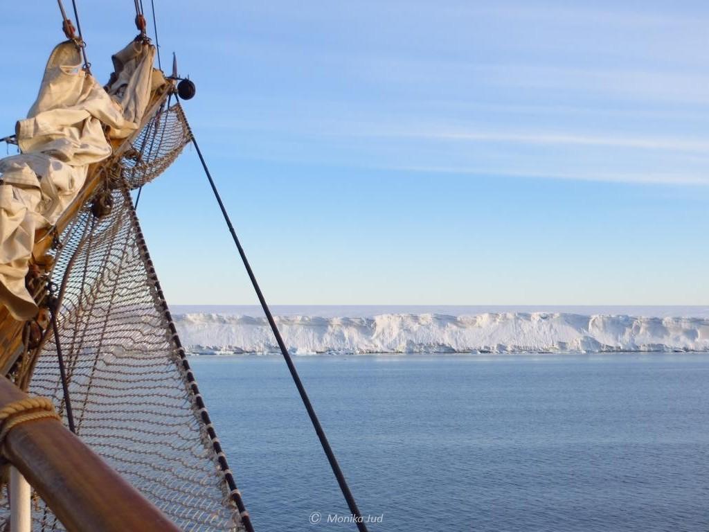 Bark Europa vor einem Tafeleisberg im Weddell-Meer