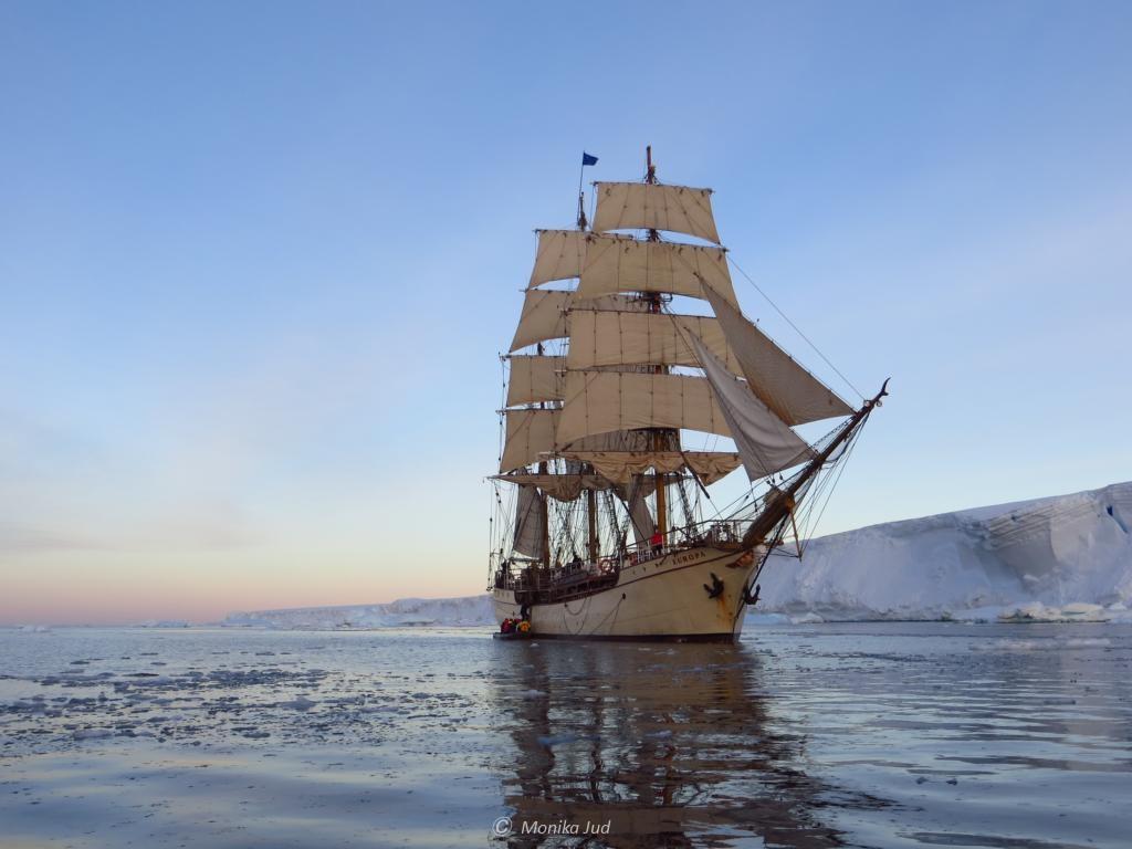 Bark Europa vor Tafeleisberg im Weddell-Meer