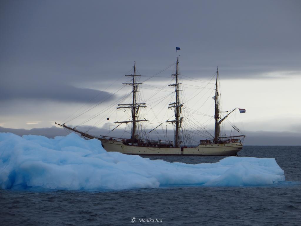 Bark Europa vor einem kleinen Eisberg