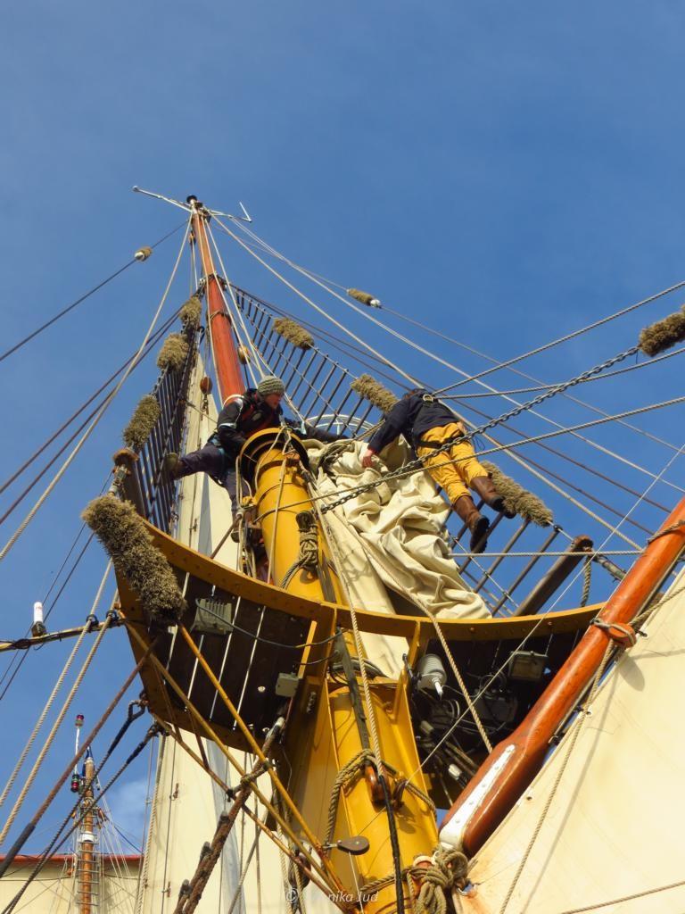 Besanmast der Bark Europa mit fester Crew beim Segelmanöver