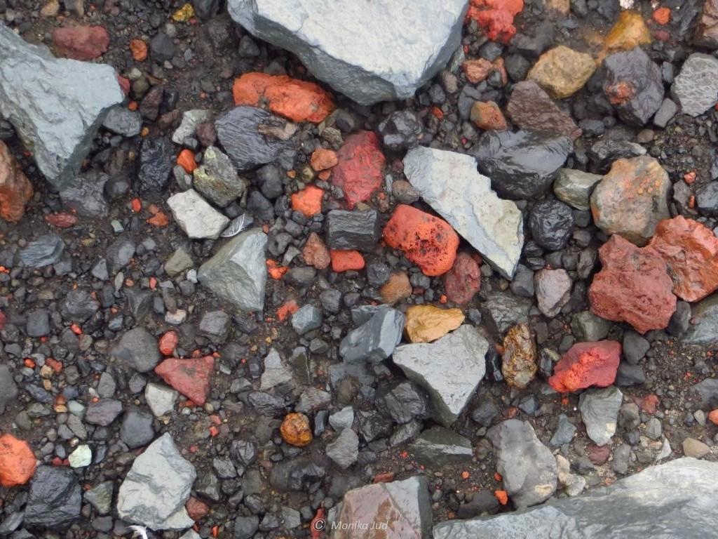 vielfarbiges Gestein auf Deception Island