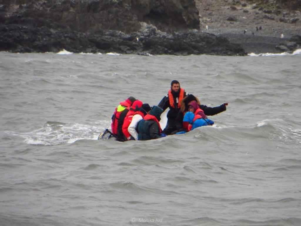 typisch auf Antarktis-Reisen - die Schlauchbootlandung kann auch feucht werden