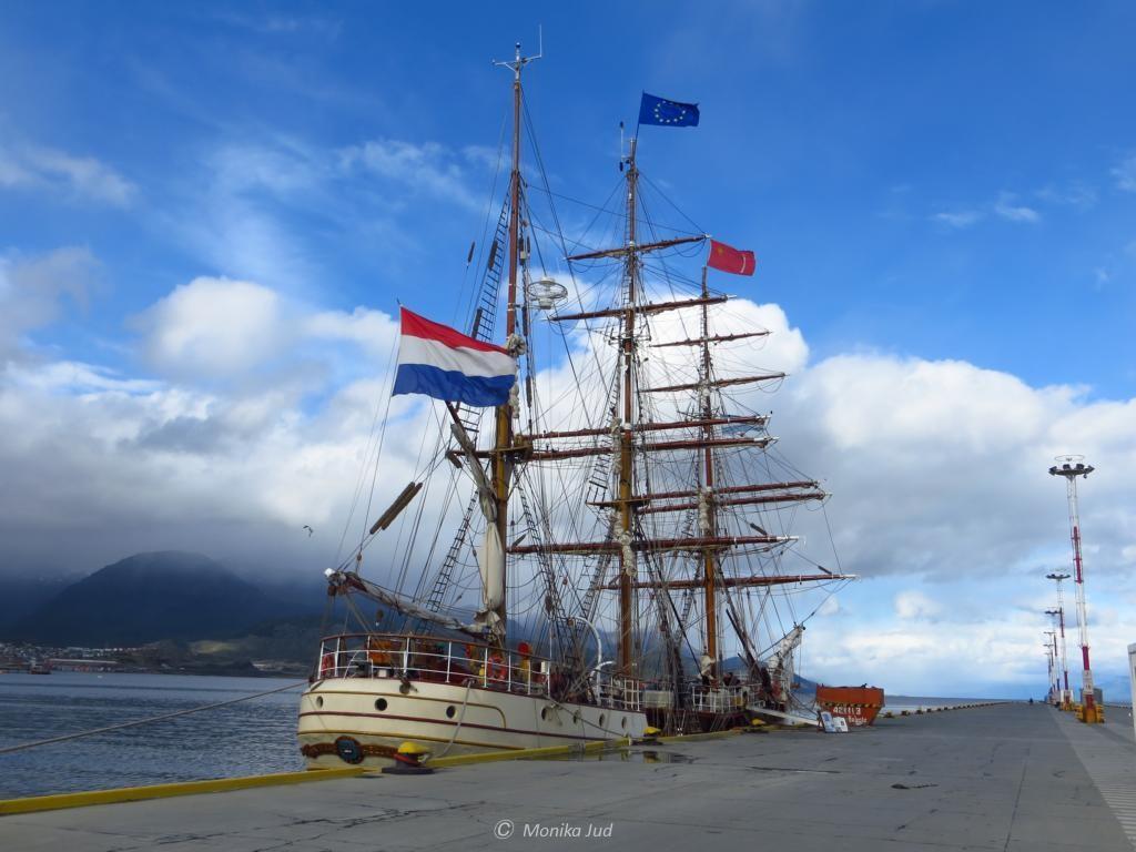 Segelschiff Bark Europa an der Pier von Ushuaia am Abend vor der großen Fahrt in die Antarktis