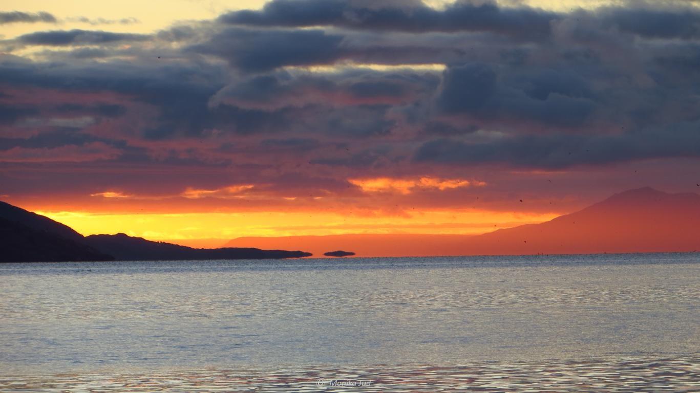 erster Sonnenaufgang an Bord; Sonnenaufgang über dem Beagle-Kanal, noch vertäut im Hafen von Ushuaia