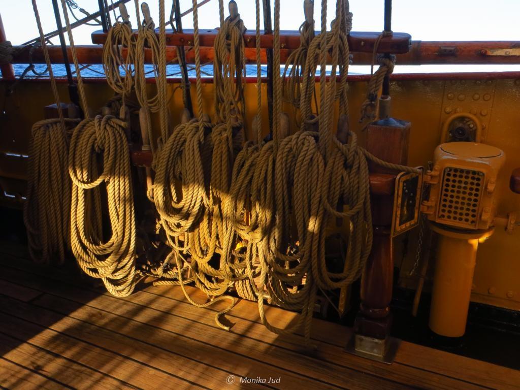 ein kleiner Bruchteil der unzähligen Seile an Bord...