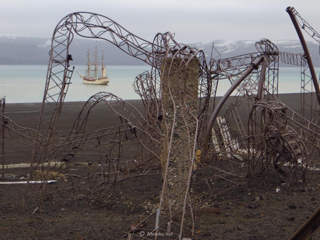 vom Vulkanausbruch zerstört -Forschungsstation auf Deception Island