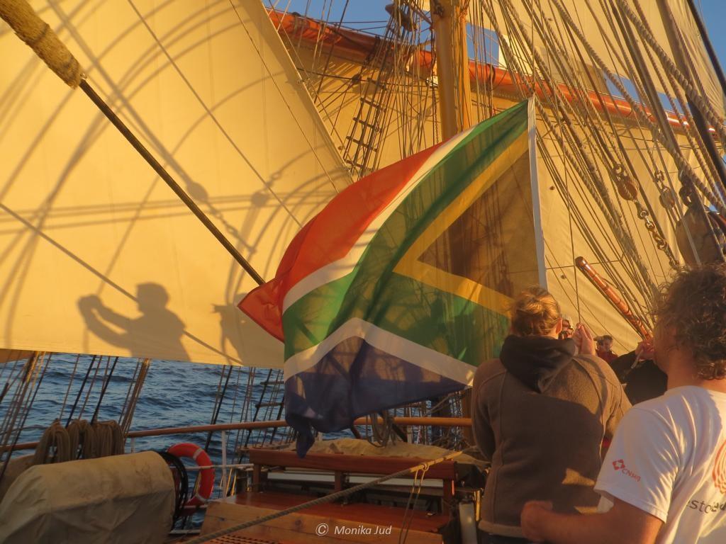 Flagge hissen für das Gastgeberland - Willkommen in Südafrika