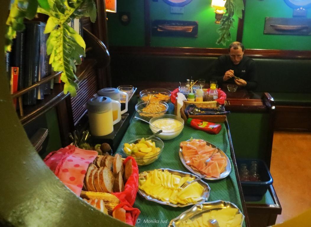 das Frühstücksbuffet für einen guten Start in den Tag - wenige Dinge an Bord sind wichtiger als gutes Essen
