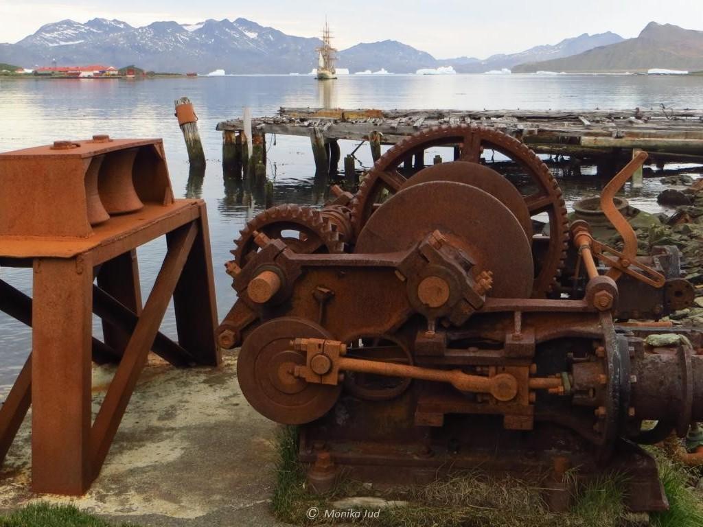 Bucht von Grytviken - rostige Reste vor malerischem Hintergrund