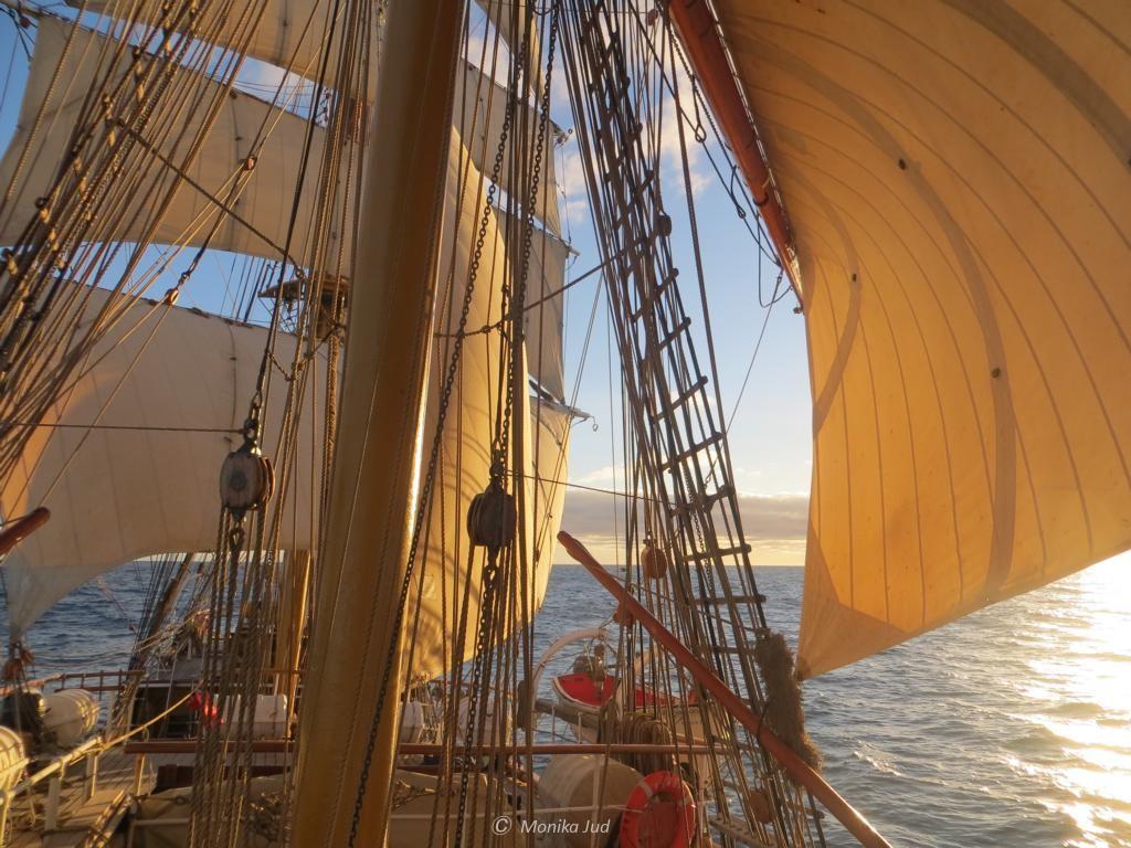 Kapstadt entgegen: mit windgefüllten Segeln im Sonnenschein
