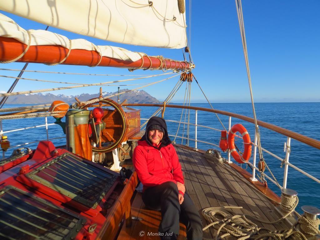 dick eingekleidet an Bord im Sonnenschein - eiskalt trotz Sonnenschein