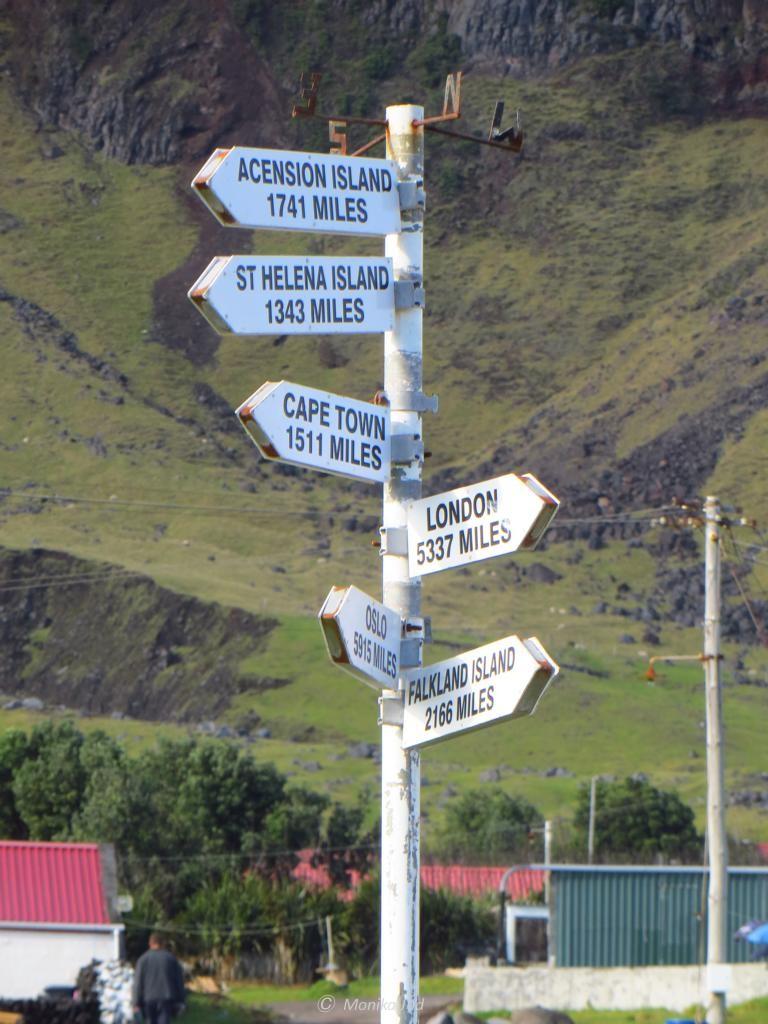 Wegweiser in die Welt: alles so weit weg und alles nur per Schiff erreichbar