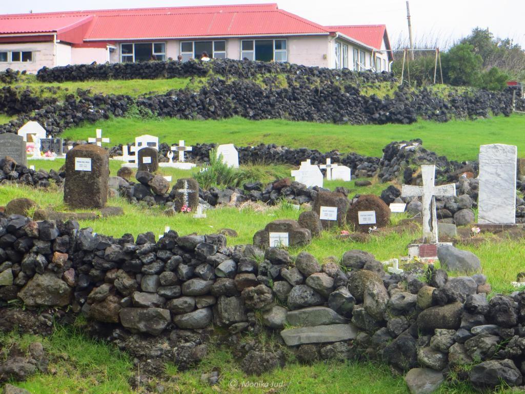 Schule und Friedhof liegen hier gleich nebeneinander