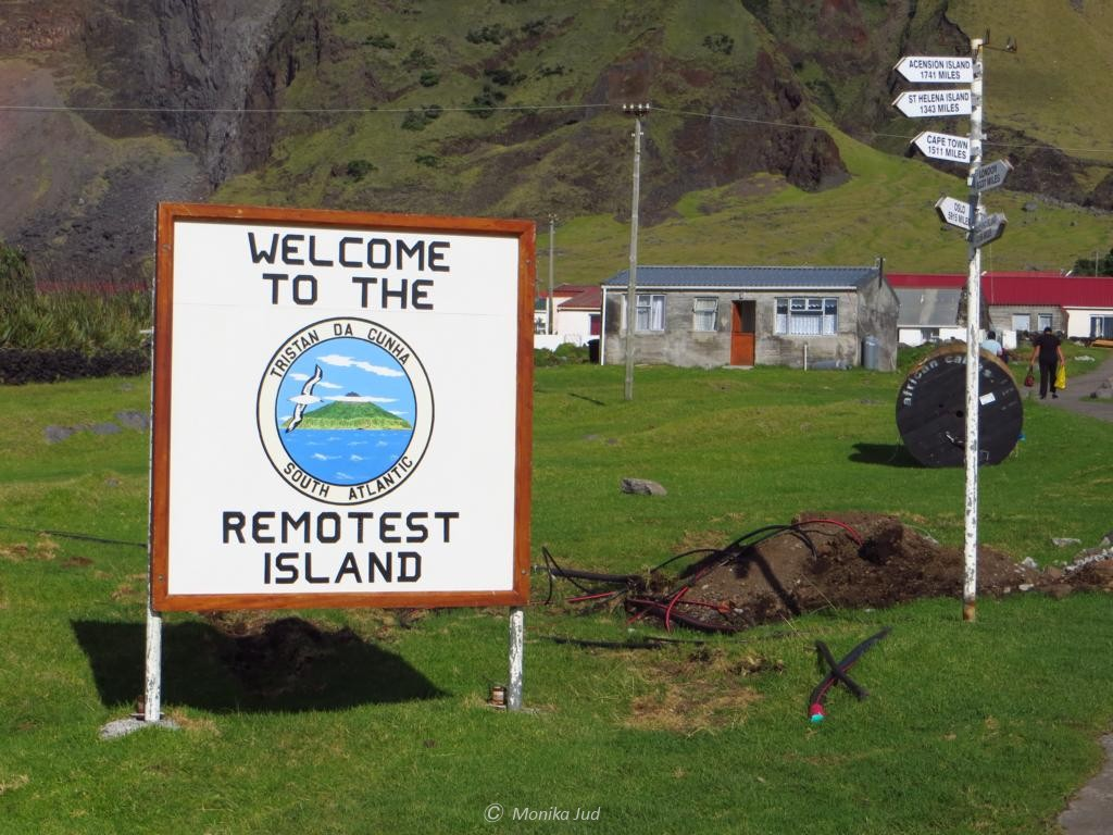 Willkommensschild auf der entlegensten bewohnten Insel