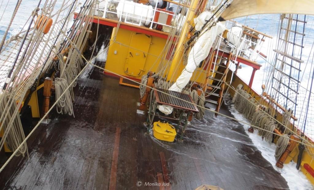 Bark Europa - Wasser schwappt übers rollende Deck